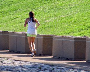 news, Frau in Sportbekleidung beim Joggen