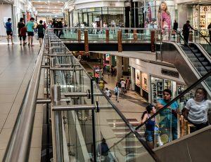 news, Einkaufszentrum mit Menschen