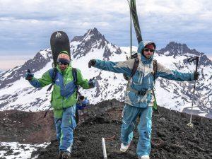 news, Männer in Outdoor-Kleidung auf Berggipfel