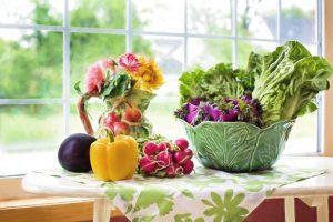 news, Bunter Gemüsekorb auf Tisch